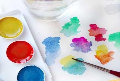 Акварельные краски, гуашь и карандаши для рисования